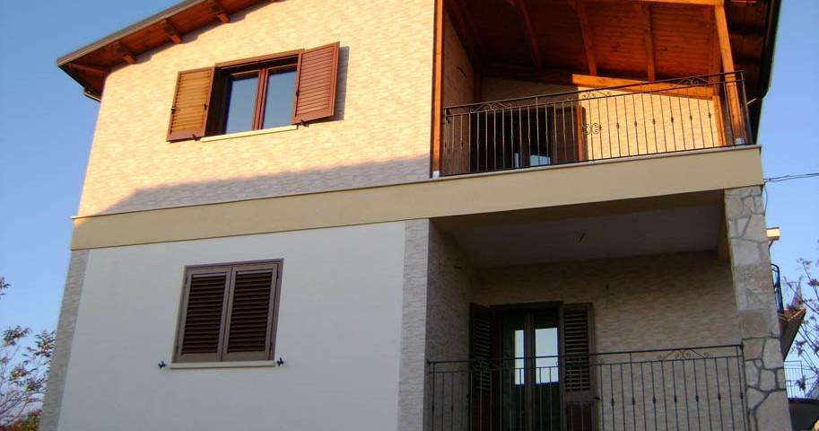 Ristrutturazione di interni ed esterni con ricostruzione del tetto  di una civile abitazione situata in Borgo Celano (FG)